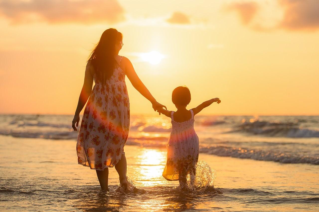 Mutter mit Kind am Strand in Thailand