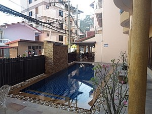 Blick auf dem Pool im Baan Sudarat Hotel