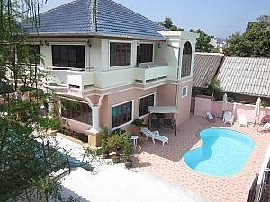 Das Bella Tropicana Hotel in der Nanai Road - Villa mit Außenpool