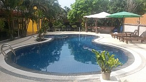Swimmingpool des Grand City Hotels in Khao Lak