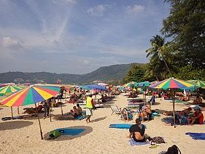 Patong Beach mit mobilen Sonnenschrimen