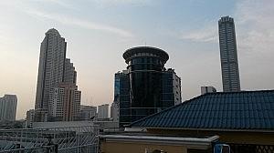 Blick auf die Skyline vom Dach des Royal Garden Inn in Bangkok