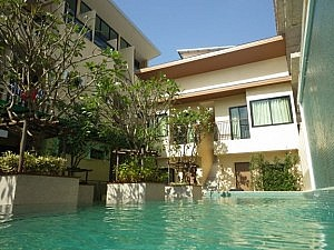 Swimmingpool und Poolarea im Wave Patong Hotel