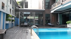 Fitnessraum mit Swimmingpool des Vogue Hotels in Pattaya