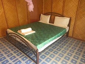 Ansicht vom Bett im Bungalow im White House Hotel auf Koh Yao Yai